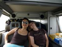 Yvonne & Katrin im VW-Bus